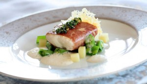 Kveite-stekt-med-parmaskinke-og-kremet-saus-av-parmesan_large