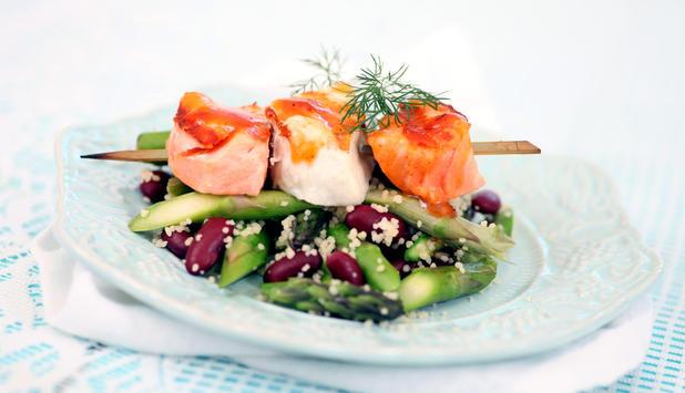 Grillspyd av kveite og laks med couscous, asparges og bønner